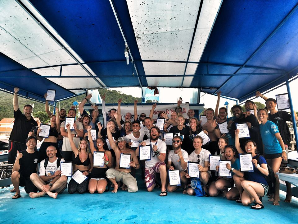 padi-idc-koh-tao-staff-instructor-course-confined-water-skill-train-islatortugadivers.com-isla-tortuga-divers-koh-tao-blog-5-razones-para-bucear-cursos-de-buceo-en-español-padi-logo-project-aware-idc