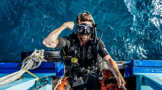 islatortugadivers.com koh tao Adrian Lastra pose en el barco