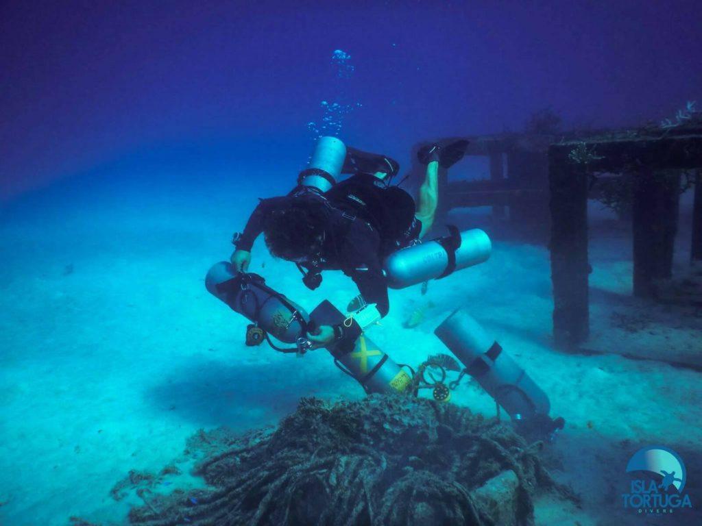 islatortugadivers.com-isla-tortuga-divers-koh-tao-cursos-buceo-español-vista-escuela-javi-piscina-chumphon-burbujas-barco-hundido-sattakut-peloto-tecnico