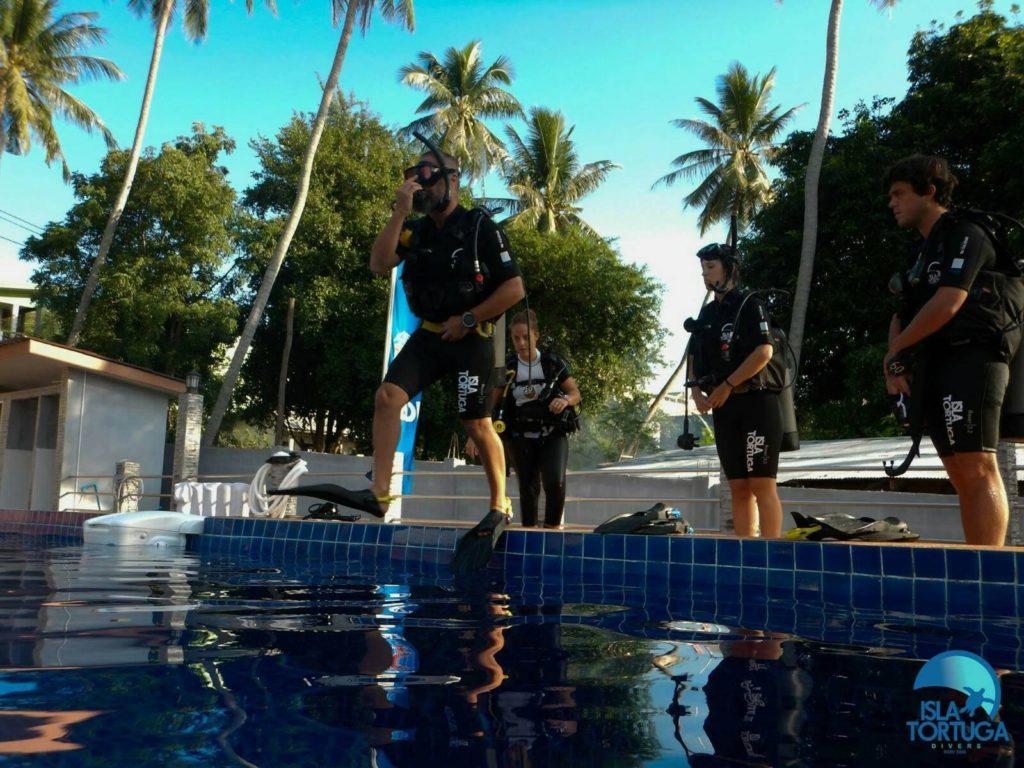 islatortugadivers.com-isla-tortuga-divers-koh-tao-cursos-buceo-español-vista-escuela-javi-piscina