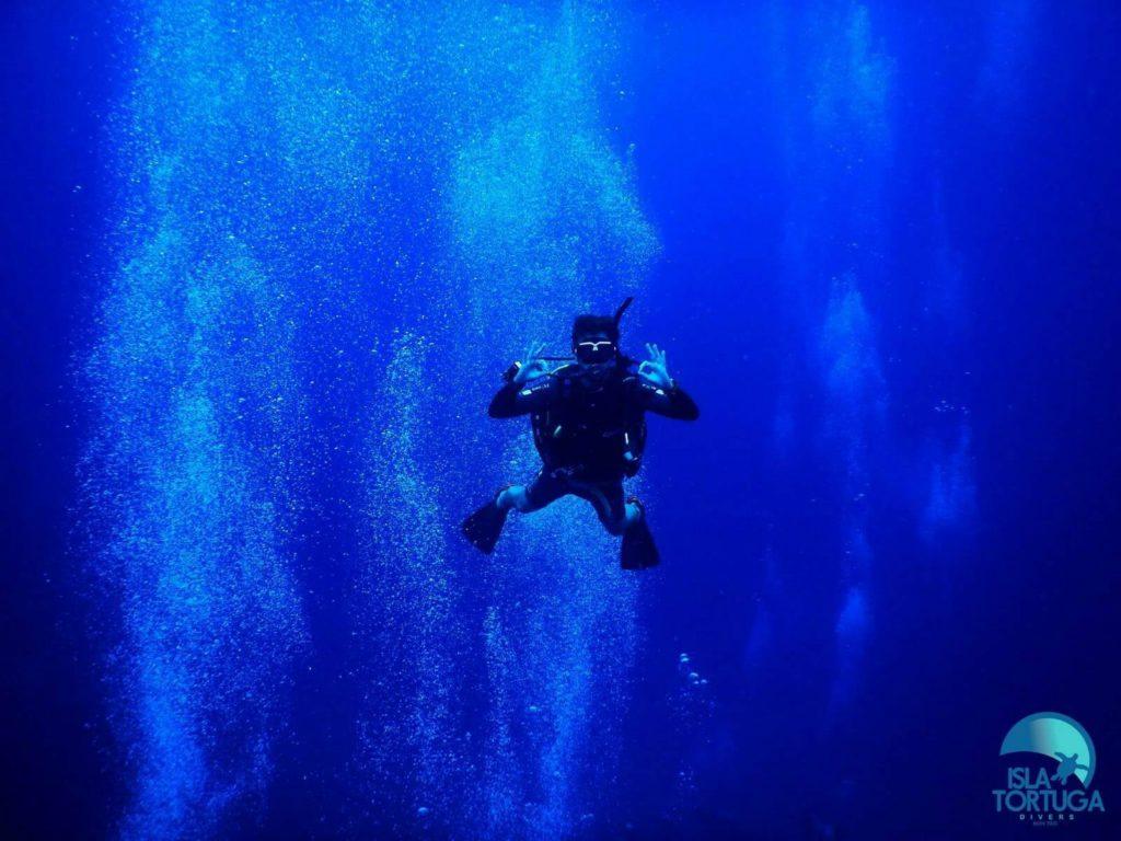 islatortugadivers.com-isla-tortuga-divers-koh-tao-cursos-buceo-español-vista-escuela-javi-piscina-chumphon-burbujas