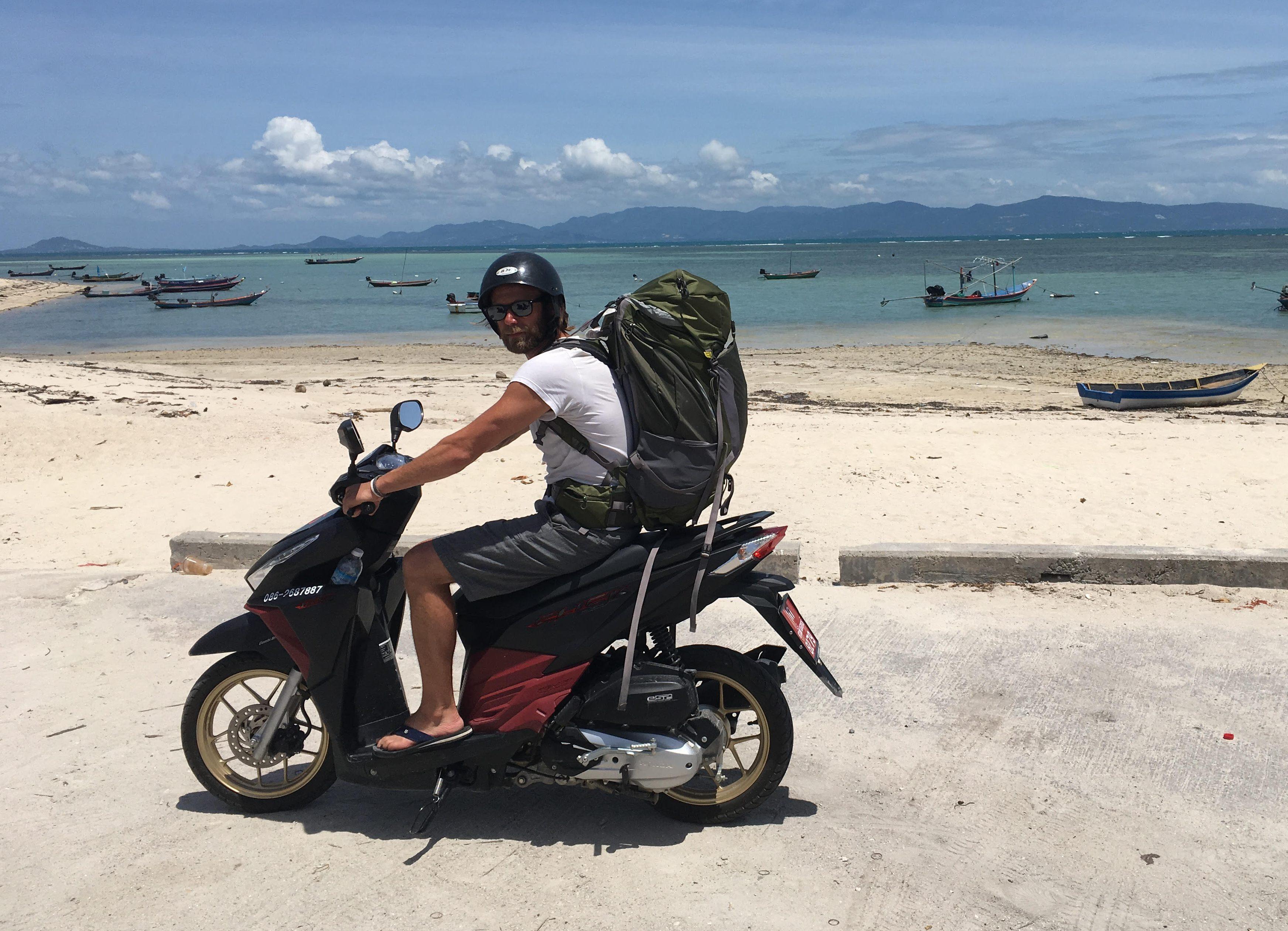 islatortugadivers.com koh tao mochileros moto llegando a destino