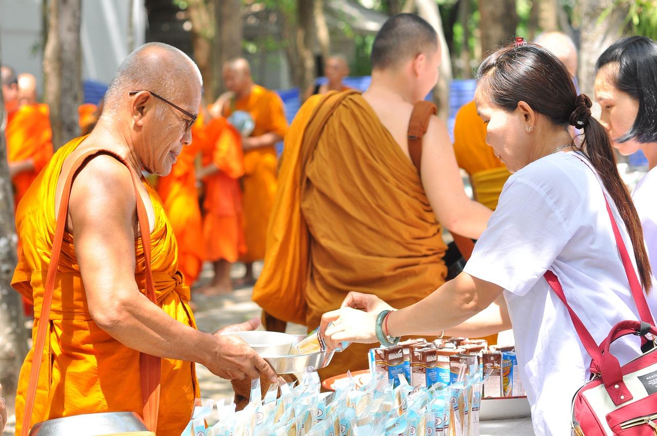 islatortugadivers.com koh tao breve introduccion al budismo mojen reciviendo ofrendas