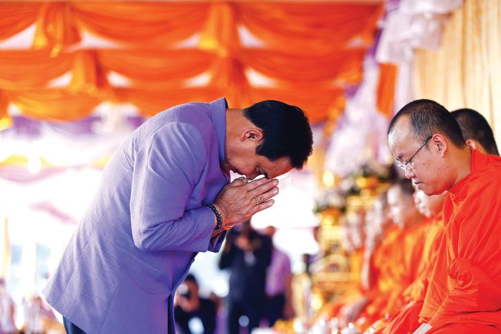 islatortugadivers.com koh tao breve introduccion al budismo persona recivieendo bendicion